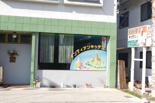 デリシア石芝店の南に位置する同店。駐車場は店舗前と道路向かいにあります