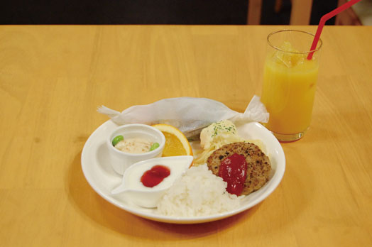 「キッズプレート」。ハンバーグ、スパゲッティー、ヨーグルト、豆腐、ポテトサラダ、蒸し野菜、フルーツが付いて500円。お子さまジュースは100円です