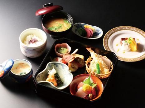 「懐石お重コース(3500円〜)」。お祝いごとの宴席には個室を用意し、お風呂の利用もできます