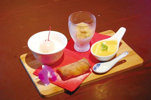 蓮華サイズの自家製デザート4種盛りの「大大得得甜点」。杏仁豆腐、マンゴープリン、ライチ紅茶アイスと期間限定のアップルパイ春巻き。お一人でもシェアでも
