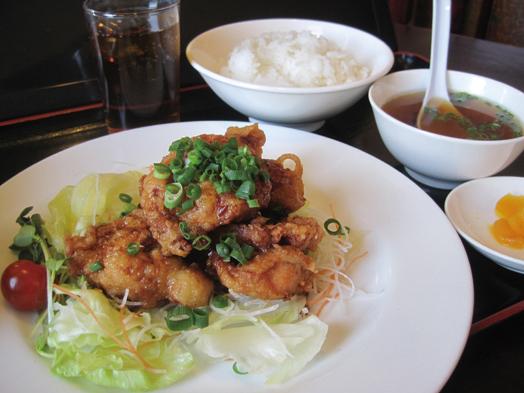 昼の定食の「油林鶏定食(850円)」。ドリンク付きでライスお替わり無料