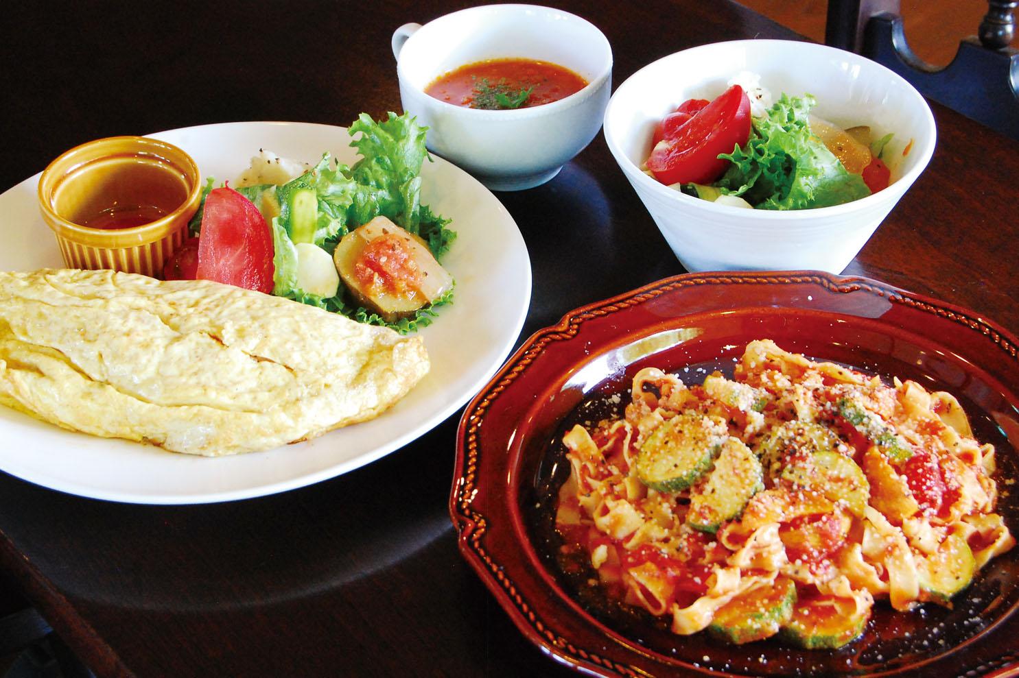 「本日のパスタランチ(1250円/サラダ、本日のスープ付き)」=写真左、「青見平卵のオムライス(1000円/本日のスープ付き)」=写真右。いずれも平日はドリンクが付きます