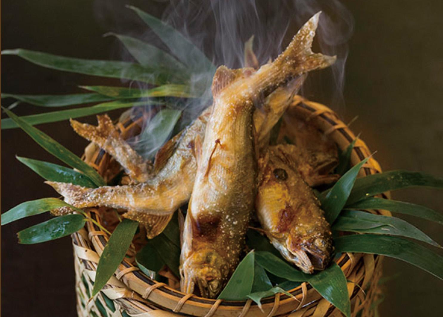 注文を受けてから泳いでいる魚を調理する「岩魚の塩焼き(750円)」 ※季節により川魚が変わります