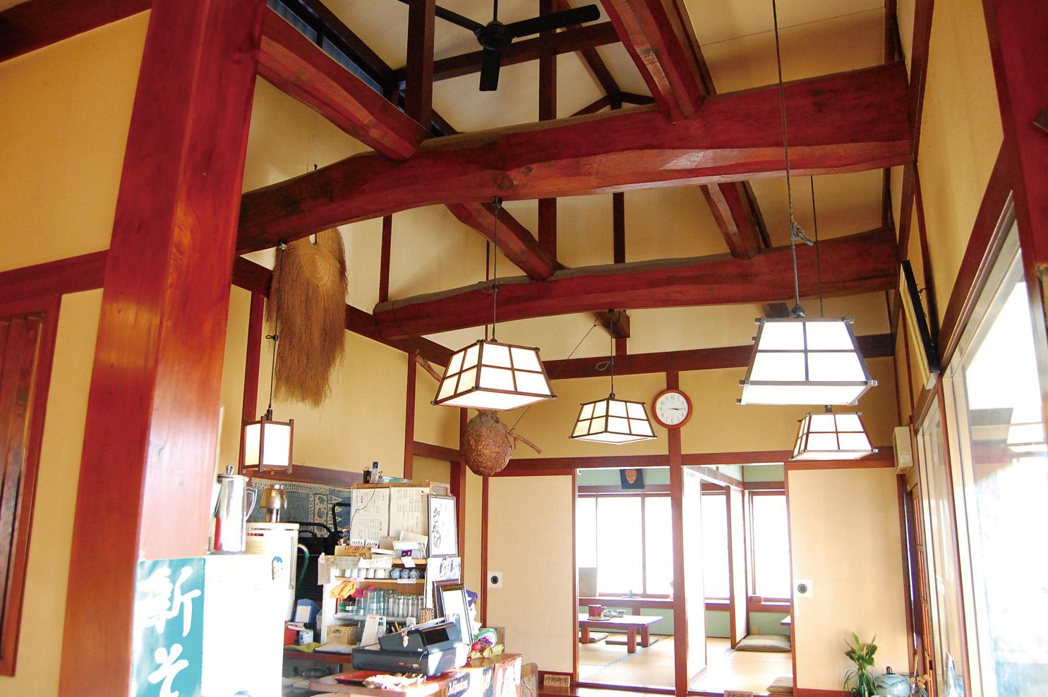 太い梁が見事な、趣ある松本民芸調の建物。テーブル、小上がり、座敷があります