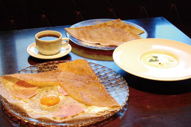 人気のランチセット「Bセット(1550円)」。写真のガレットは定番のコンプレット(ハム・卵・グリエールチーズ)、クレープはシナモンシュガーバターです