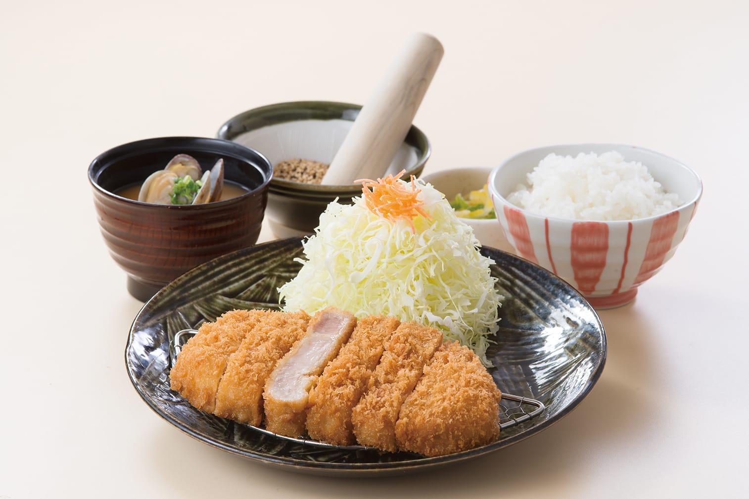 「ロースかつ定食(写真は150g1280円)」。100gは1080円となります。厳選した国産米のご飯(白ご飯、麦ご飯)、みそ汁、キャベツはお替わり自由