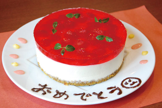 お誕生日などお祝いの席に用意いただけるオリジナルケーキ。予約時に相談を