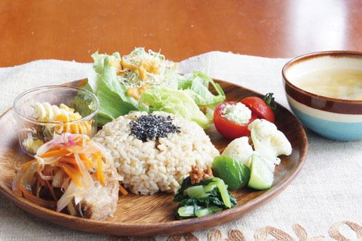 選べる自然栽培の玄米か自家製天然酵母のパンと6種類の総菜が乗った「マハロプレート(950円)」