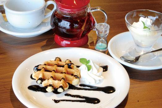 「ベルギーワッフル チョコレート(税別370円)」=写真左、「アイスクリーム バニラ(税別250円)」=写真右など、カフェタイムも楽しめます