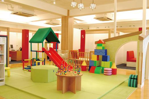 大型遊具やボーネルンド社プロデュースのおもちゃがある広々としたキッズコーナー