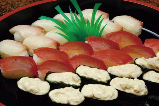 月替わりのお寿司も並びます。取材時はマグロ、カンパチ、軍艦でした