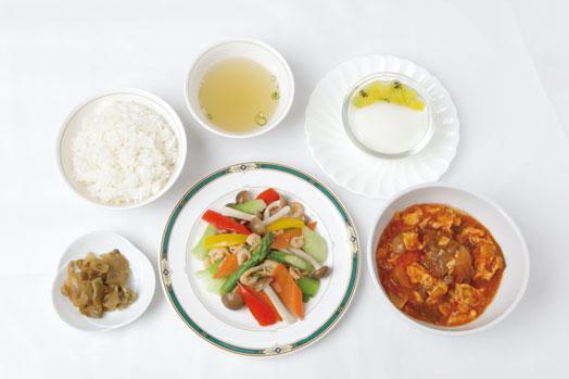2週間ごとに替わる肉、魚、野菜の6種類のメインから2品チョイスできる「選べるランチセット(1350円/平日限定)」。白飯、スープ、ザーサイ、杏仁豆腐が付きます
