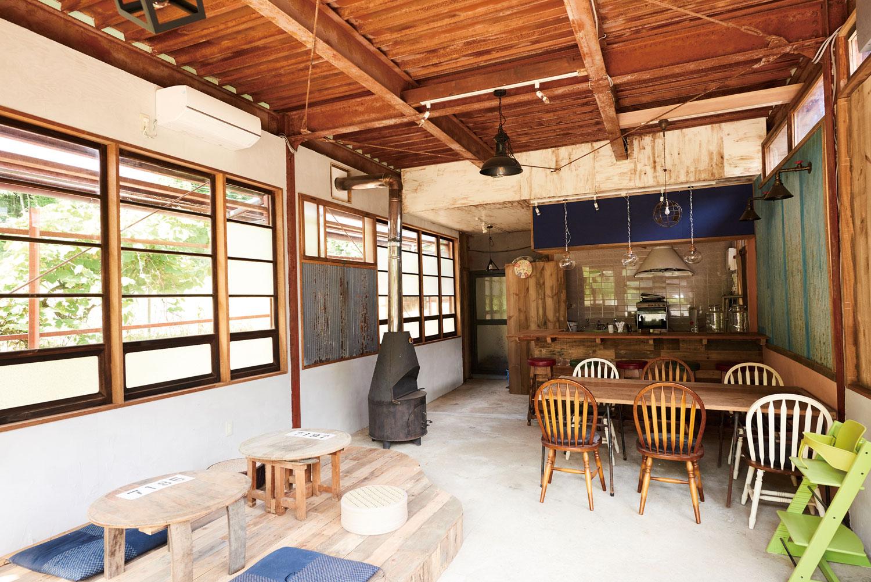 内装から家具製作まですべてDIYの店内。これからの季節はテラス席も人気です