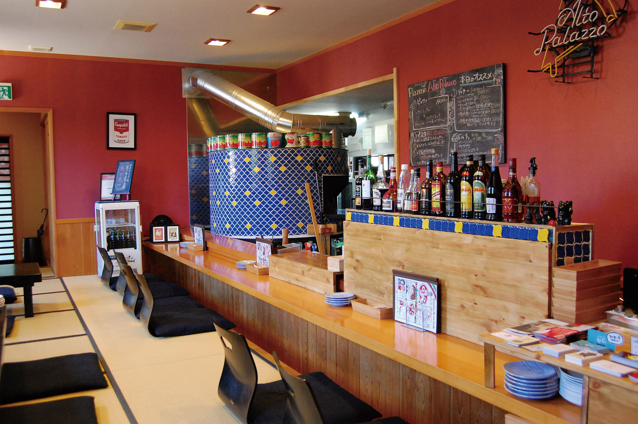 和食店を改装した畳敷きの店内。奥に見えるのが石窯。店内の一角にはキッズスペースや子どもイス、レジャーシートの用意もあります