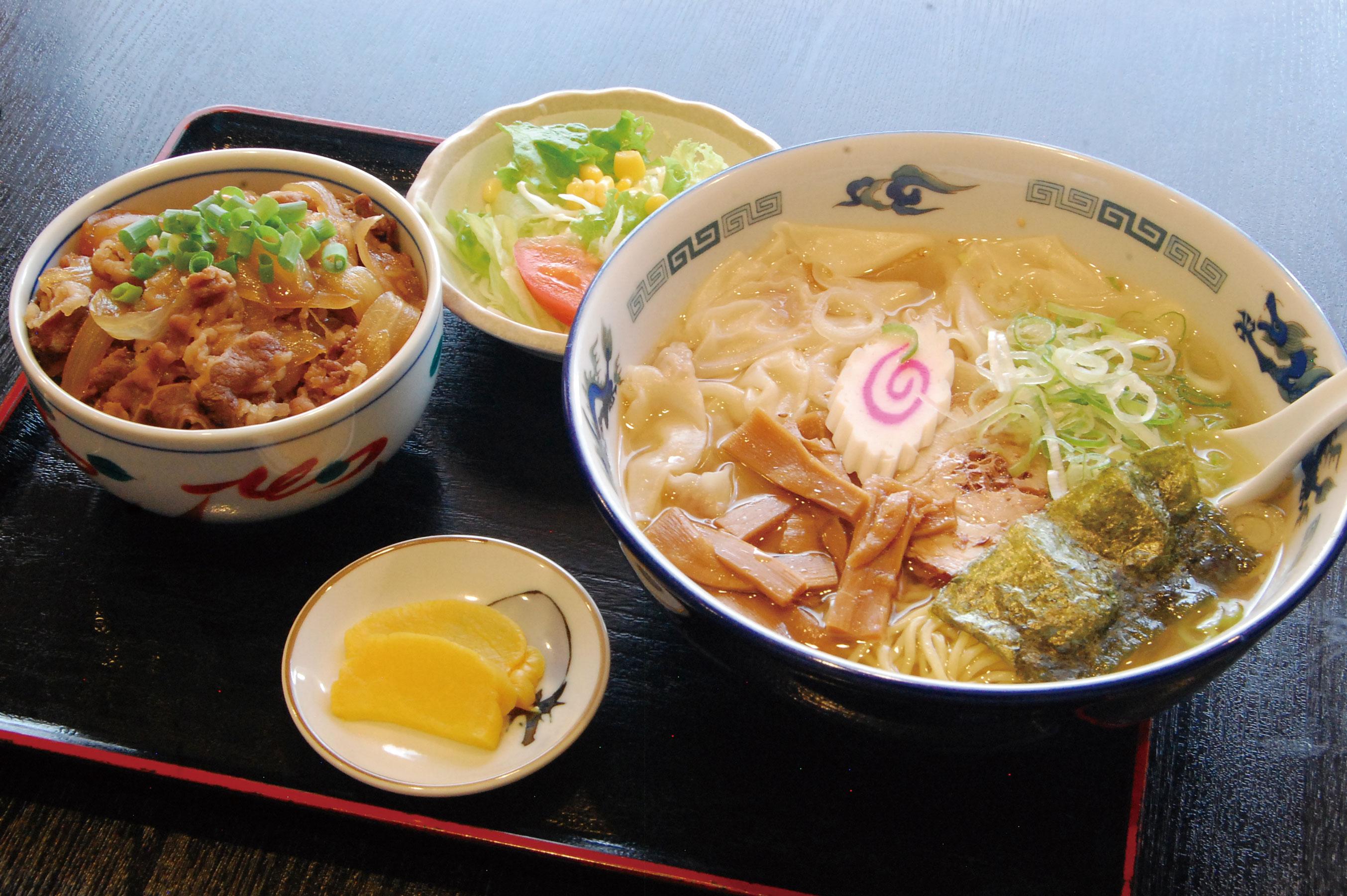 「いのししセット(944円)」。らーめんとミニ牛丼のセットです。らーめんはお好きな麺に変更可(差額が必要)。写真はらーめんを塩ワンタンめんに変更