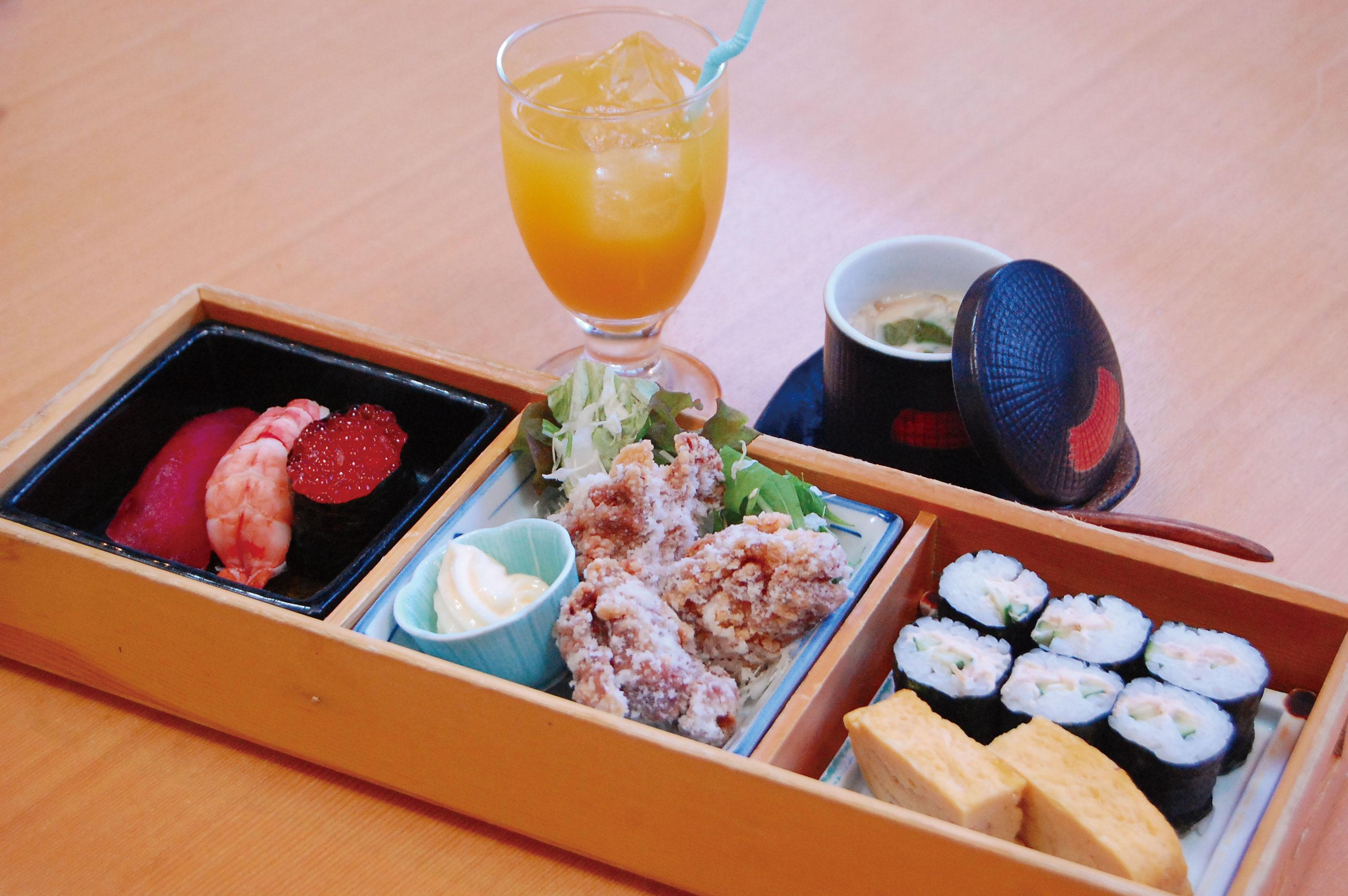 「お子様セット(980円/小学生以下)」。さび抜きの寿司、細巻き、厚焼き玉子、唐揚げ、茶碗蒸し、ジュースが付きます