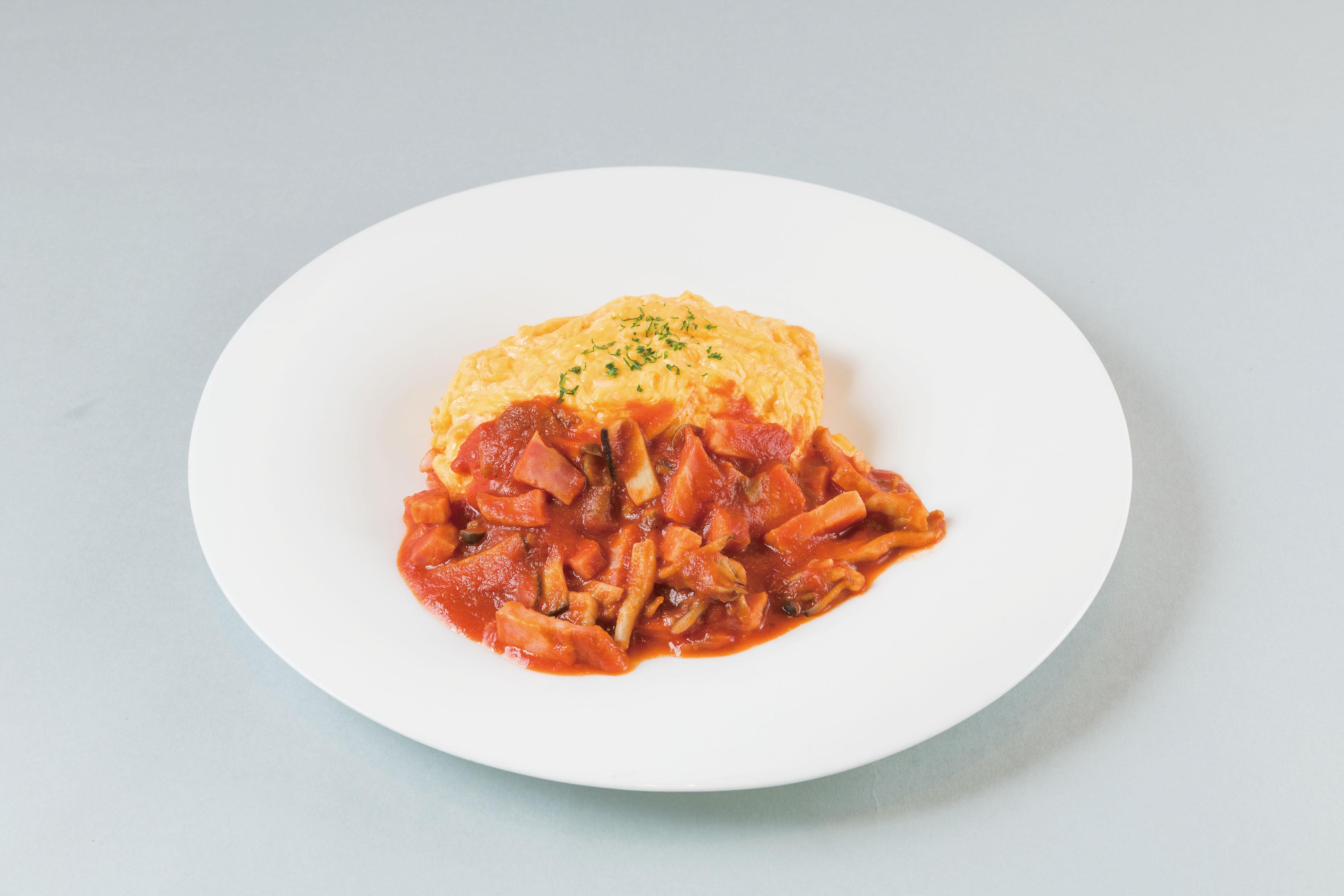 「ベーコンときのこたっぷりトマトオムライス(1080円)」。ランチタイムの食事にはミニサラダ付き、ドリンクは単品価格より200円引き