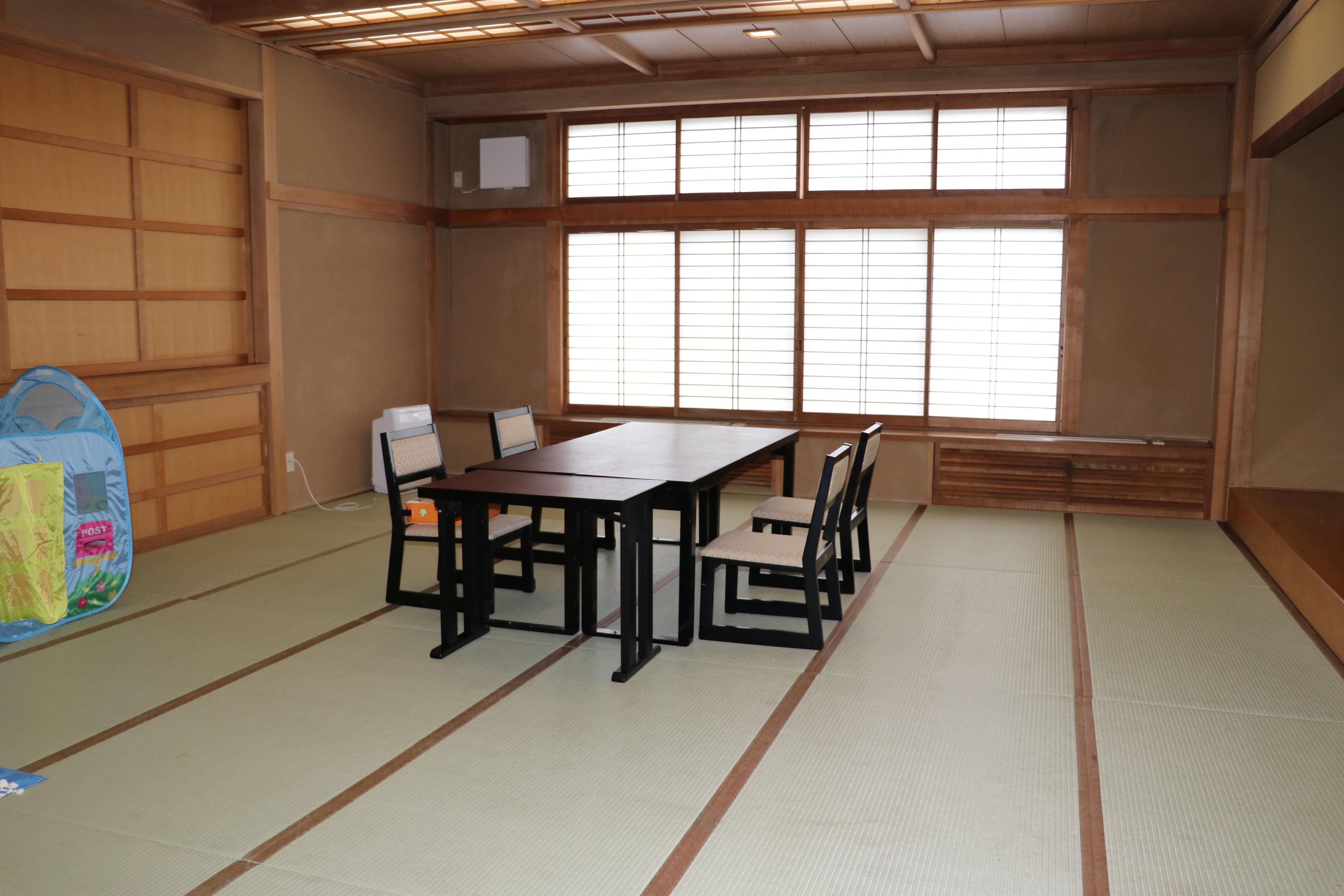広い畳敷きの広間にテーブル席を設置。料理の提供は12時からですが、部屋は11時から利用でき、ゆっくりと楽しめます