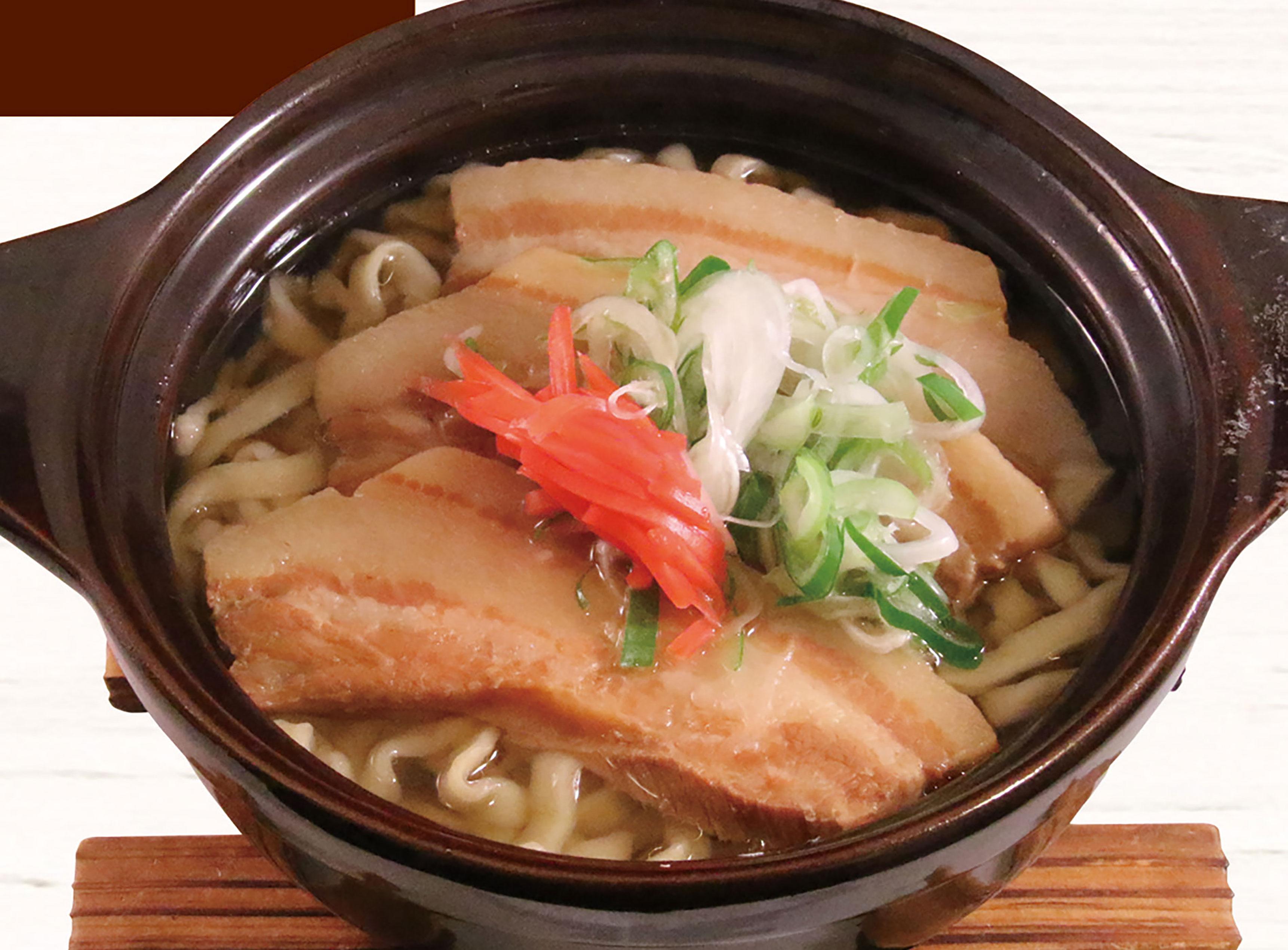 「沖縄そば(850円)」。子どもにも大人気のあっさり出汁。100円増しで雑炊にするのもオススメ。昼はサラダバーも付きます