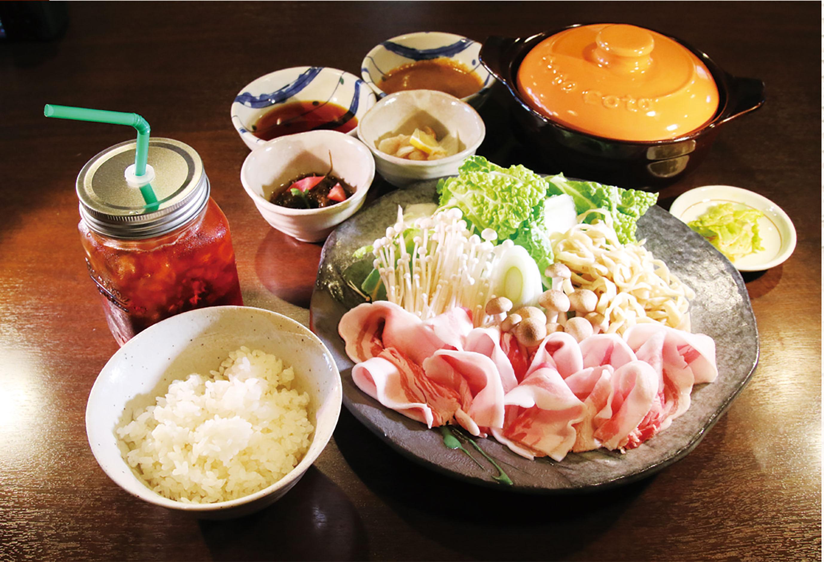 アグー豚料理もあります。「アグーのしゃぶしゃぶ(1300円)」。コース料理にも付いて好評です