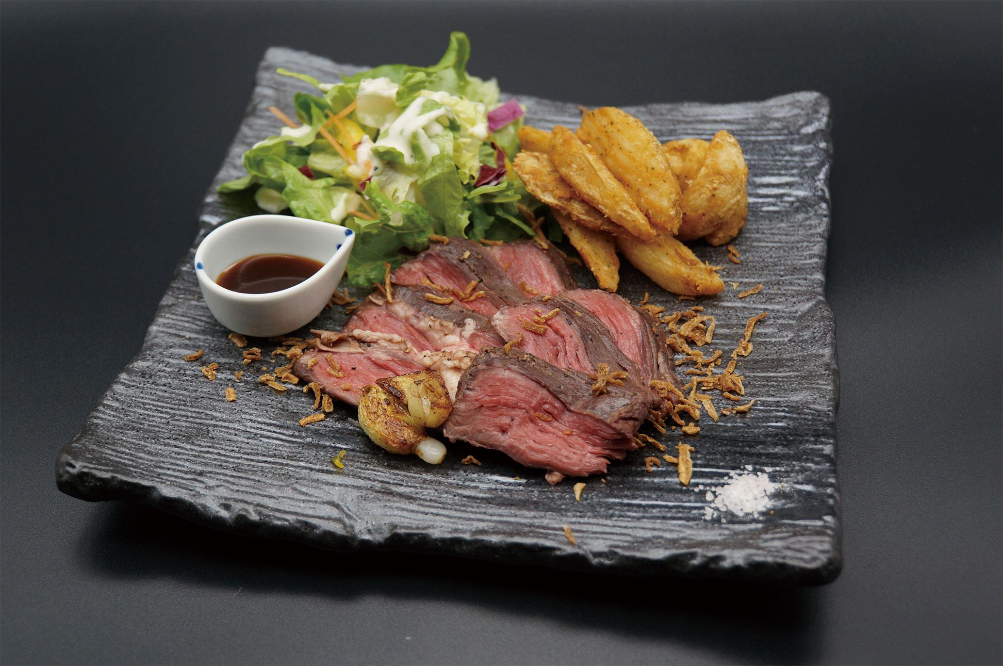 「牛ハラミのステーキ(1370円)」。低温調理でじっくりと旨味を浸透させた1品。ファミリーにも大人気!です