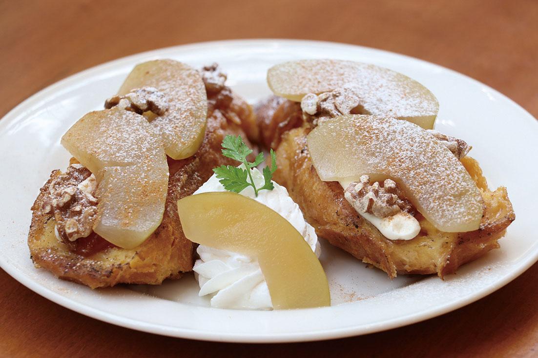 牛乳、卵、生クリームをたっぷり使ったフレンチトーストに秋の味覚を添えた季節限定メニュー「りんごとくるみのフレンチトースト(770円)」
