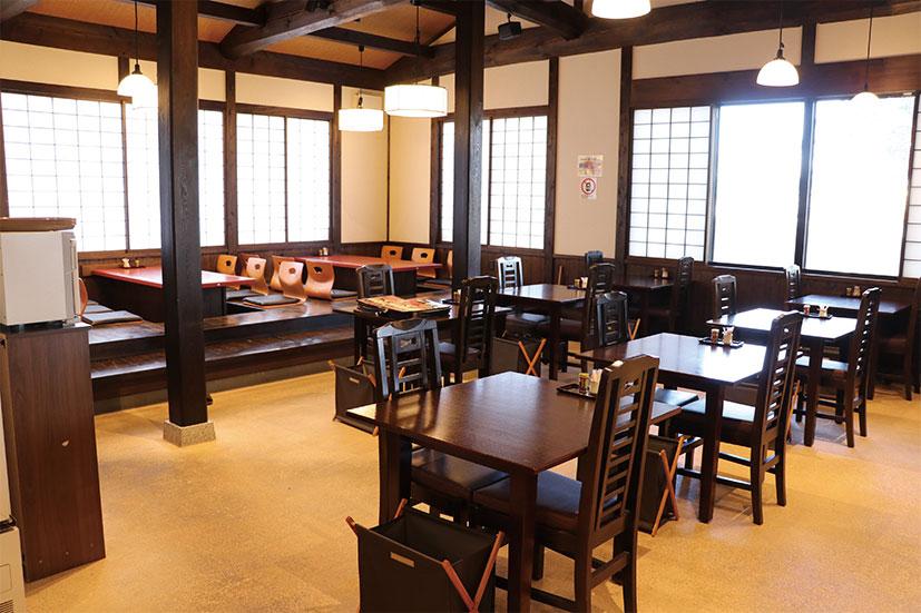 レストランホールも古民家の内装を模して情緒たっぷり。小上がりもあって、ママ同士ゆっくりくつろぎながらそばが楽しめそう