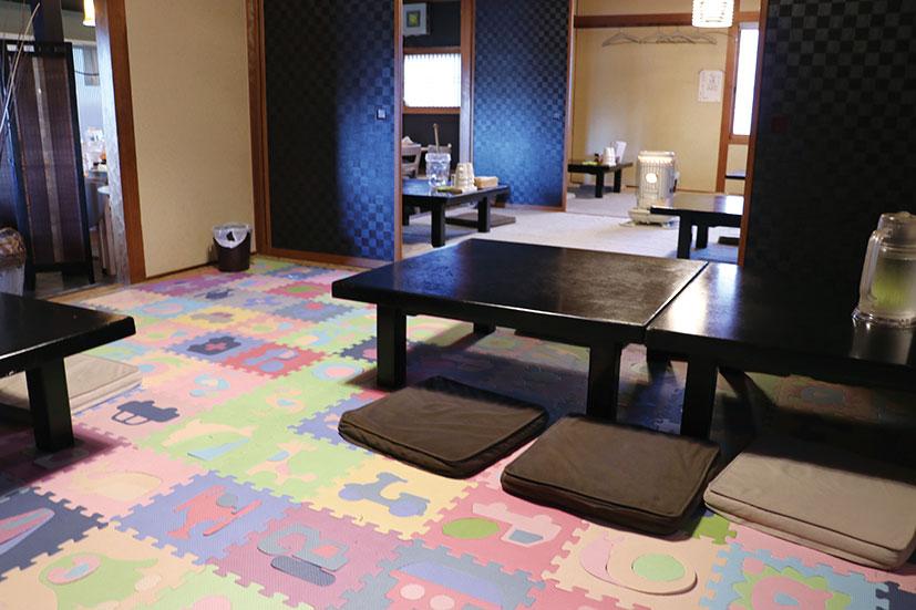 小上がりにはパズルマットを敷き詰め、子連れ客を優先的に案内してくれるスペースも