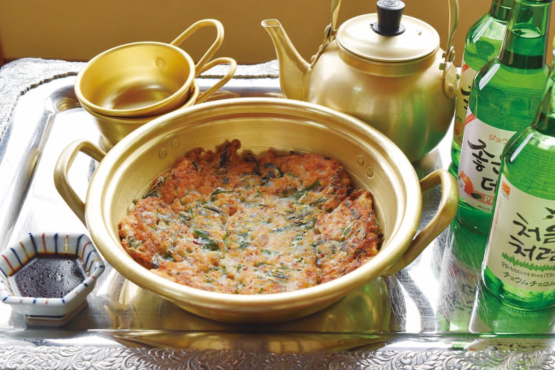 タコとニラがたっぷり入った「タコチヂミ(1300円)」。外はカリカリ、中はモチフワの驚きの食感が、一度食べたらクセになります