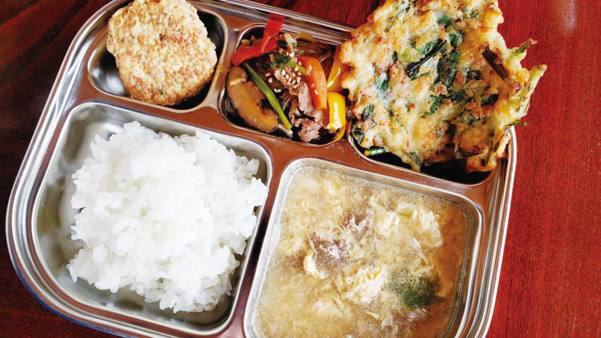左奥から時計回りに、トングランテン(韓国式ハンバーグ)、チャプチェ、プチチヂミ、辛くないスープ、ご飯の 「キッズセット(600円)」