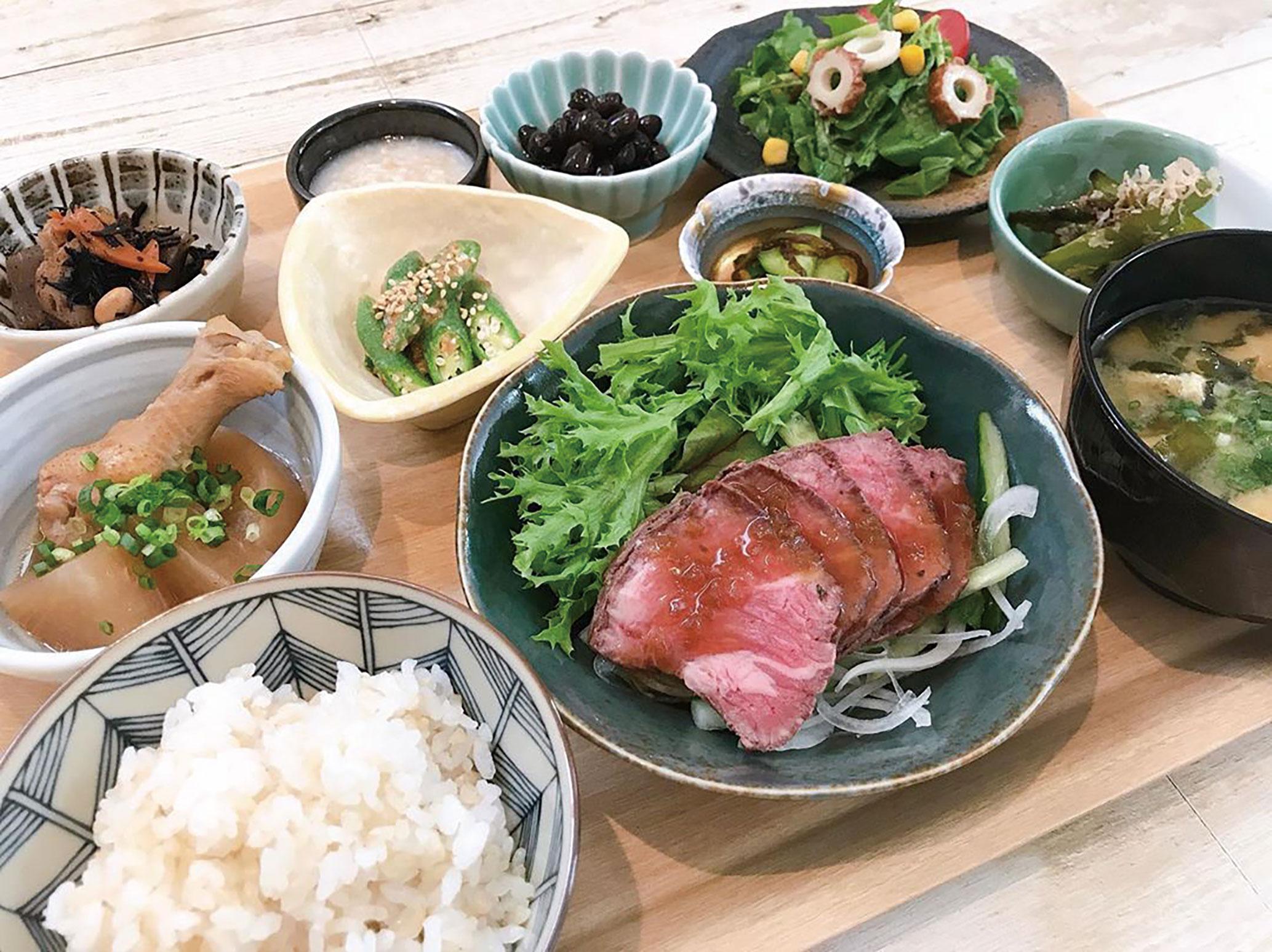 米、野菜、卵、砂糖、油までこだわった日替わりの「笑ごぜん(1650円)」。主菜は店内黒板にてご確認を。 写真は人気のローストビーフ。