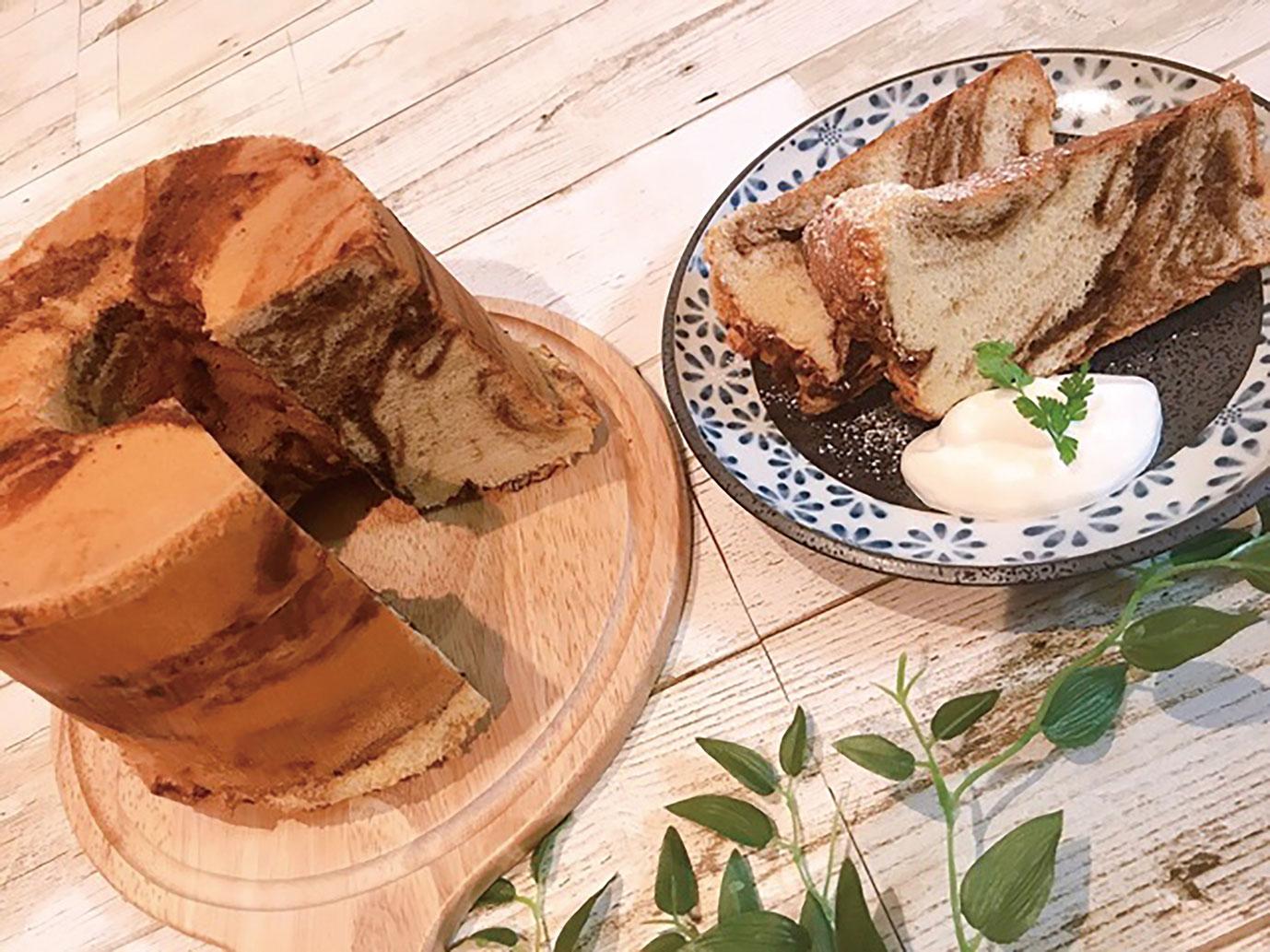 国産素焚糖を使用した、日替わりのシフォンケーキ。 日替わりのチーズケーキもあります。