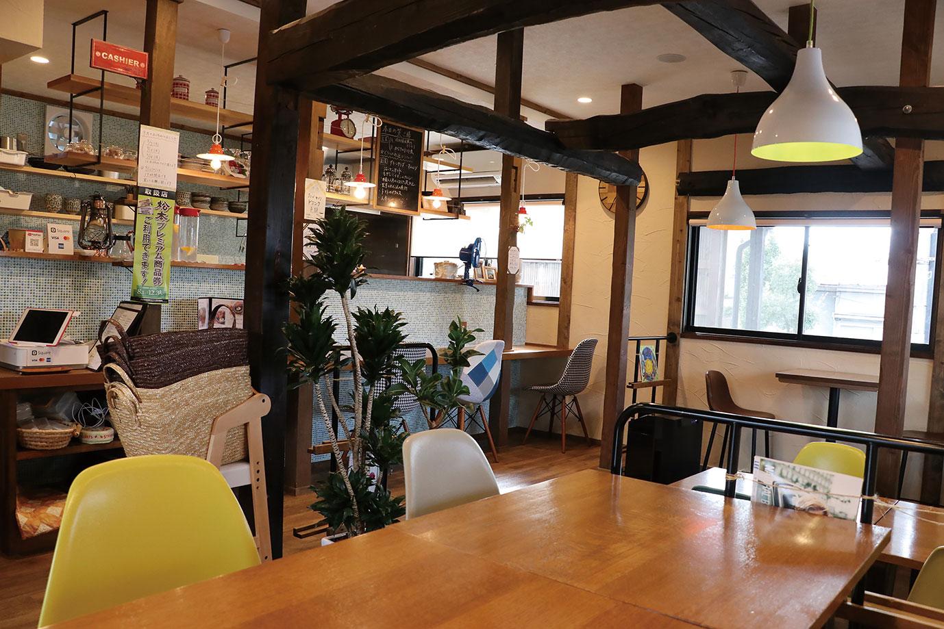 コンパクトな店内にはテーブル席とカウンター席。子連れに人気のベンチシートも。子ども用いすや子ども用食器の用意もあります。
