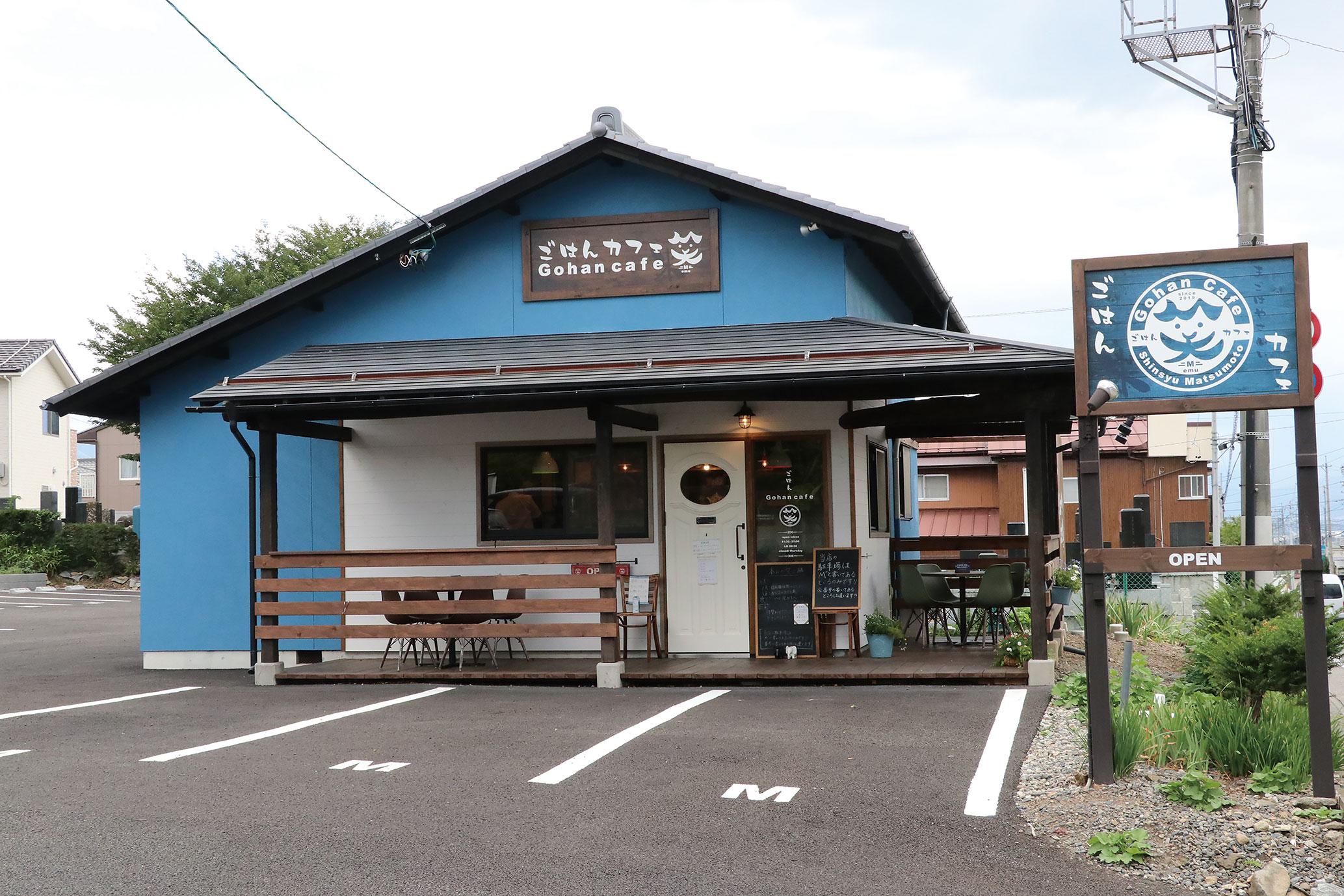 お店は松本松岡簡易郵便局向かいにあり、青い建物が目印です。